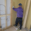 新築戸建て注文住宅の施工(間仕切り板設置作業と天井部分配線工事の様子)