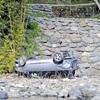 7人乗った車10m転落、女性死亡…87歳運転