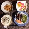 焼き鮭、ひじき煮、ほうれん草のひじき豆腐和え、小粒納豆、バナナヨーグルト。