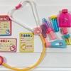 お医者さんごっこ遊び♪2歳の女の子が選んだのは、ピンク多めな「ハローキティお医者さんセット」