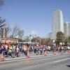 スポーツネックレスを掛けて走るマラソンランナー
