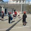 4年生:体育 運動場でキックベース