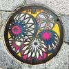 長野県松本市のマンホールの蓋には「松本てまり」が描かれているよ。