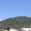 今朝の西の空武田山上空白いお月様が、もう2~3日したら下弦の月です。