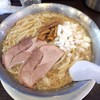 スープと背脂がメタル丼に輝く成龍の中華そば