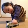 赤ちゃんはいつ頃「車のオモチャ」に興味を持つ?!