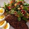 ✴︎とうもろこしとパプリカとフルーツトマトと香菜とミントとネギのサラダに塩辛い燻製鱒とゆで卵の昼食。