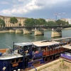 セーヌ川を歩く パリ中心部の風景とともに
