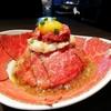 【焼肉ブルズ】新宿で雪解けローストビーフ丼!野口英世2枚を解放し、四段重ねの合法快感を楽しめ!