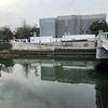 元安川に映る防音シート