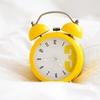 目覚まし時計で起きると睡眠不足になる理由