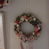 「狭い部屋のインテリア!花を使ったクリスマス・リーフ」