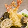 天ぷらの衣をサクッとフワッと揚げるコツは、冷やしながら水で溶いていく
