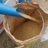 今年初めての天日干し米の籾すりです。袋スタンドはお勧め♪