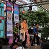 タイの人気演歌歌手、その追っかけのタイのおばちゃん、踊ってます。