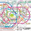 東京駅や新宿駅の分かりにくい外国語案内表記で迷う外国人旅行者