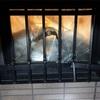 自宅窓枠と窓ガラスを壊された。警察に通報😡