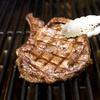 店頭で肉を選ぶステーキハウス