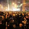 香港、無許可で大規模デモ=一部過激化、警官隊は催涙弾
