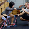 スクワットの前額面における修正(中殿筋と大殿筋の脆弱性がスクワット中の大腿部の内旋と内転を同時にもたらし、ハムストリングスに対して大腿四頭筋が優位に動員されることも膝の外反と結びつく)