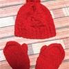 赤いキッズ用の帽子とミトン