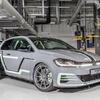 ● VW ゴルフGTIのワンオフモデル 380馬力の「オーロラ」提案…オーディオはホログラム制御
