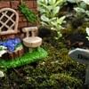 庭の片隅に苔が少々あり、100円ショップのミニチュアを2個置いて撮影しました。