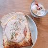 朝ご飯:業務スーパーで購入したあらびきソーセージ?で、チーズトースト☆アクセントの赤い粉