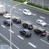 大型トラックが高速道路で並走するのはなぜ?その理由を解説
