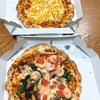 今日の昼食は、すかいらーくの株主優待券を使って、ガストの宅配・・新商品のシュリンプベーコンピザ&マヨコーンピザ