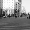 平日の駅前。