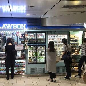 Suicaで改札を通過したのに、キオスクで現金払いをする理由はなぜ?やはり「買い物は現金でするもの」という意識は根強そうです。