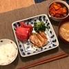 ごはん、鶏肉の照り焼きとトマトと青梗菜の胡麻和え、油揚げと切り干しの味噌汁、キムチ