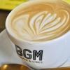 広尾の「BGM」でカフェラテ、フィナンシェ・ナチュール、フィナンシェ・キャラメルサレ、カヌレ、ブランデーケーキ。