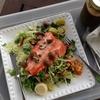 紅鮭とポロ葱を焼き、苦瓜の味噌漬けとオレンジ皮チャツネを添えた生野菜にドンと載せて手早い食事