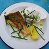 セント・アイヴスとニューリンのシーフード・バーで魚料理(イギリスのコーンウォール)