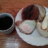 メープルパンとリンゴと目玉焼き