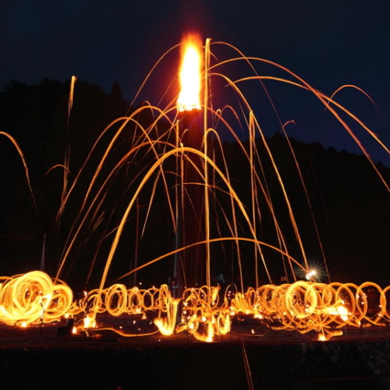 【2018年京都・夏の奇祭】大迫力&神秘的!炎が夜空を飛び交う火祭り「松上げ」