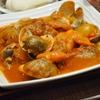 豊洲の「米花」でアサリと白バイ貝のトマト煮、焼き茄子とパプリカ、手羽元煮凝り。