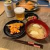 子供たちはごはん、鮭、トマトと枝豆とツナサラダ、大根と玉ねぎと揚げの味噌汁