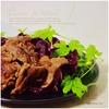 ラム焼肉をチャプルーとエゴマの葉で巻いて食べるアジアンな一皿|ゴーヤの葉&トレビスとトマト・サンバル、コチュジャン、ヤンニョムジャン添え