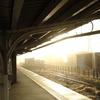 駅は今、朝の中。