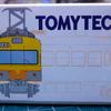 黄色とオレンジの電車。