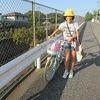 登校の様子:自転車とフジバカマ