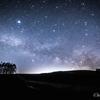 【天体撮影記 第50夜】 群馬県 嬬恋高原 カラマツの丘にかかる天の川のアーチを