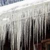 【屋根】=軒先にツララがたくさんできるのは、天井から熱が逃げっぱなしの証拠。