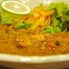 大久保の「魯珈」ですだちで頂く鯖の塩麹カレー、クリーミィ野菜コルマ、アイスチャイ。