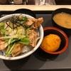 松のや『塩ダレ鶏カラ丼』パリっと揚がった唐揚げとさっぱりした塩ダレが最高でした!!おっと水菜の食感もグッドです!!