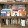 『絵本の本棚と黒板カウンター』