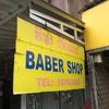 【バンビエン】壁がない無骨なルックスの床屋で髪を切る